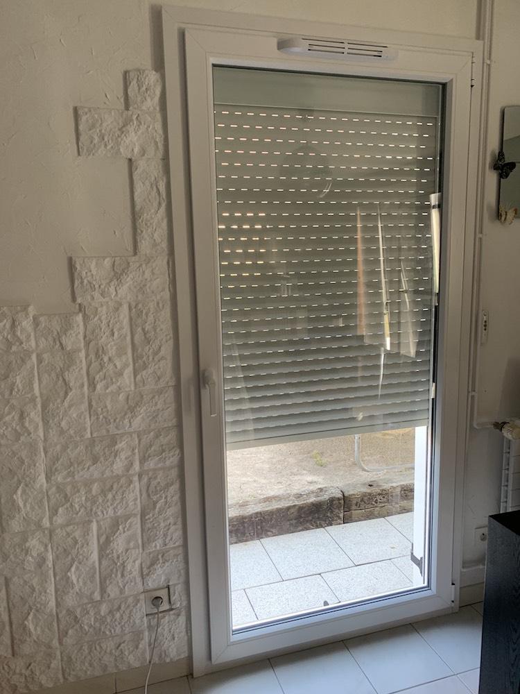 Porte fenêtre en PVC avec volet roulant