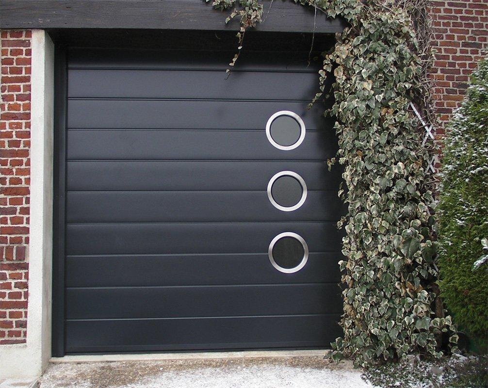 Porte de garage monorainurée avec hublots