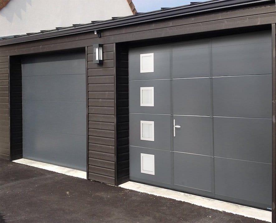 Porte de garage sans rainure lisse avec hublots et portillons